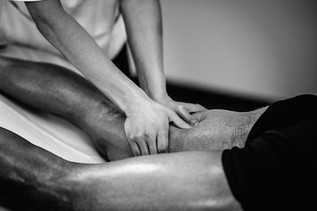 massage-black-and-white-1080